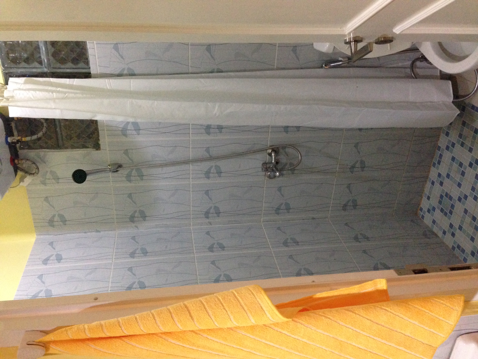 Penggantian keramik dinding kamar mandi